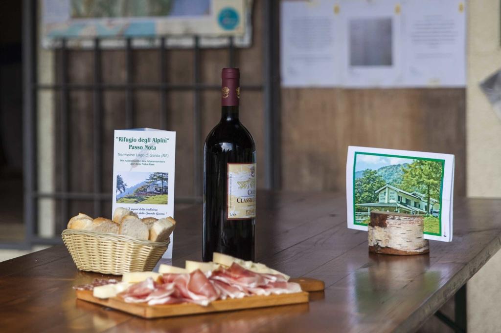 Tagliere di salumi, formaggio e vino
